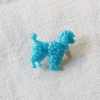 <img class='new_mark_img1' src='https://img.shop-pro.jp/img/new/icons12.gif' style='border:none;display:inline;margin:0px;padding:0px;width:auto;' />英国acorn & will「poodle dog brooch (Sサイズ)」プードル・水色