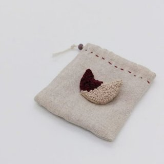 <img class='new_mark_img1' src='https://img.shop-pro.jp/img/new/icons12.gif' style='border:none;display:inline;margin:0px;padding:0px;width:auto;' />【Thistle】ネコの刺繍ブローチ(ワイン色)小さな袋付き