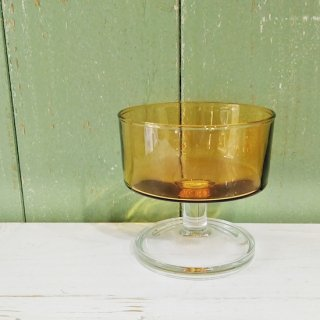 <img class='new_mark_img1' src='https://img.shop-pro.jp/img/new/icons12.gif' style='border:none;display:inline;margin:0px;padding:0px;width:auto;' />英国ヴィンテージ「Glass Dessert Cup」ブラウンのガラス・デザートカップ