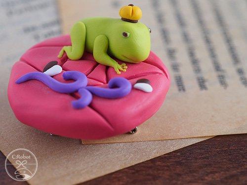 《販売終了》 帯留め「カエルの王様(ピンク」 ☆☆☆☆☆ 【C:Robotコヤナギアイコ】 -