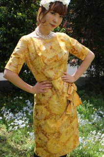 <img class='new_mark_img1' src='https://img.shop-pro.jp/img/new/icons14.gif' style='border:none;display:inline;margin:0px;padding:0px;width:auto;' />1960's silk yellow gold vintage dress タイト ribbon wedding party
