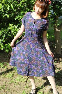 <img class='new_mark_img1' src='https://img.shop-pro.jp/img/new/icons14.gif' style='border:none;display:inline;margin:0px;padding:0px;width:auto;' />1950's vintage purple flower dress ワンピース レトロ cotton