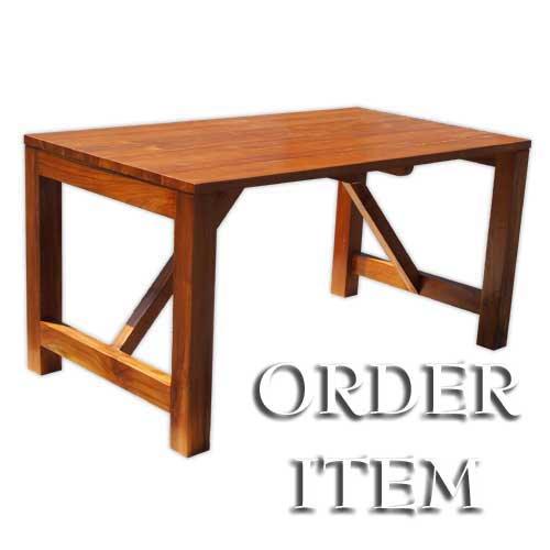 チーク無垢材の木目が美しいテーブル