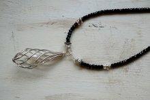 パールを隠したシルバードロップとブラックスピネルのネックレス
