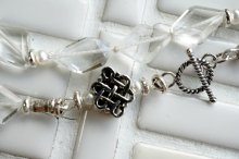 水晶と小粒パール、エンドレスノットのネックレス