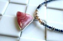 インカの薔薇にサファイヤを添えたネックレス