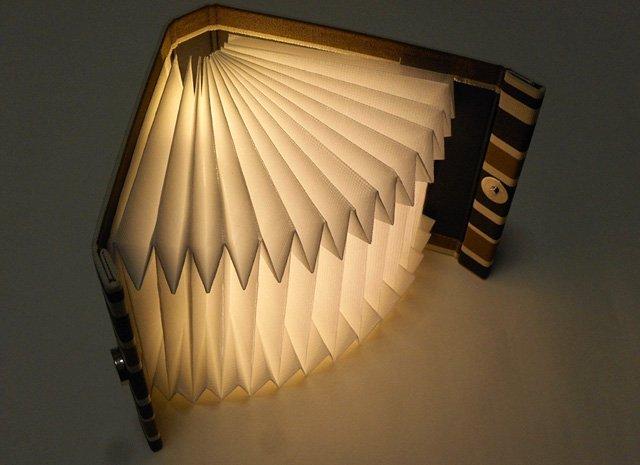 JAVA-Light(ジャバライト) ケースを立てて置けば、開く角度で明るさを調節できます。