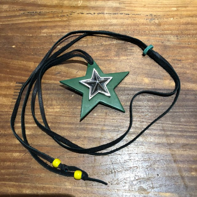 レザーペンダント【STAR】グリーン × ブラックコード × イエロービーズ