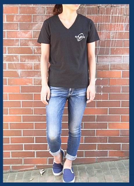 <img class='new_mark_img1' src='https://img.shop-pro.jp/img/new/icons47.gif' style='border:none;display:inline;margin:0px;padding:0px;width:auto;' />Leaving Pieces. VNECK TEE / BLACK(Ladies&Mens)