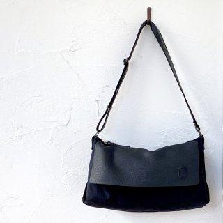 musta<br>shoulder bag